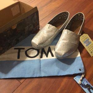 Women's 9.5 Toms silver glitter shoes flats NIB